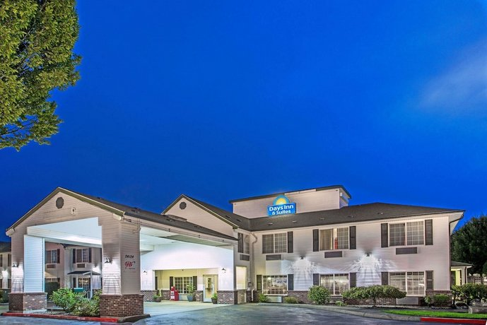 Days Inn & Suites by Wyndham Gresham